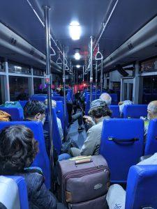 カンボジア空港コロナ隔離ホテルへ向かうバス